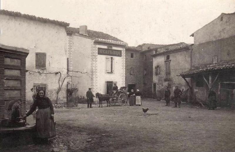 place-de-la-fontaine-dans-les-annees-1900